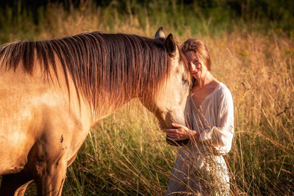 Soyez authentique avec votre cheval, reconnectez-vous à votre essence - De Femme à Cheval, développement personnel à travers le travail en liberté