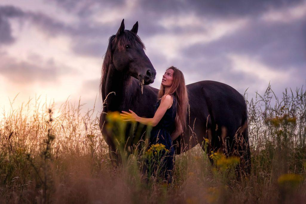 Faites confiance à votre ressenti et écoutez votre cœur pour une belle relation, un beau lien au cheval - De Femme à Cheval, développement personnel et féminin sacré auprès des chevaux - Laure Souquet